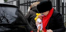 Anna Mucha z dzieckiem opuszcza szpital