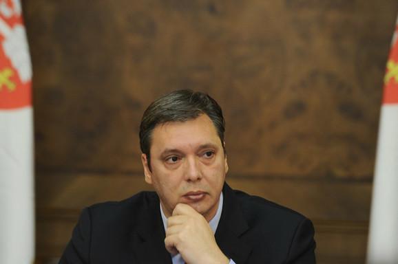 Aleksandar Vučić u zgradi vlade nakon incidenta u Srebrenici