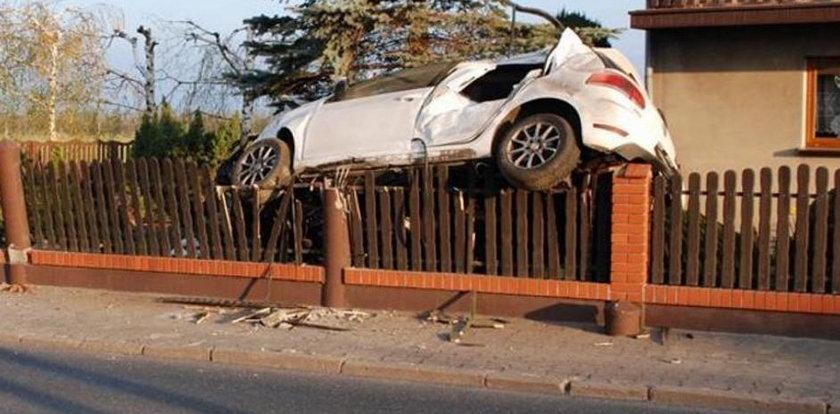 Nietypowy wypadek w Ratajach. Samochód wylądował na...