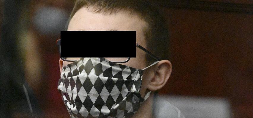 Diaboliczny Marceli z Ząbkowic. Braciszka i rodziców zamordował siekierą, w sądzie wygląda jak niewiniątko...