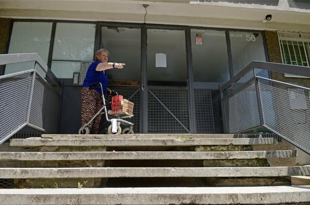Malina Aleksić ispred zgrade dok nije bila postavljena rampa