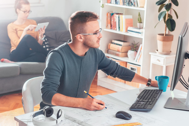 Za czas pracy w domu pracownik zachowuje prawo do wynagrodzenia, od którego pracodawca powinien naliczyć, pobrać, a następnie odprowadzić wpłaty do PPK
