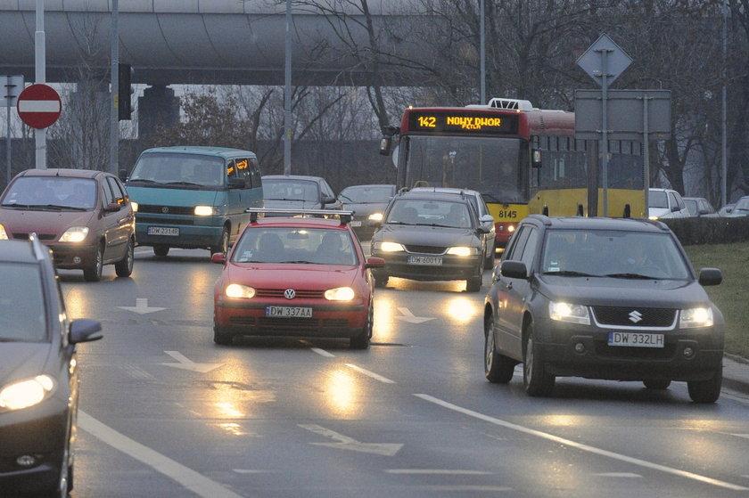 Autobus w korku na Strzegomskiej we Wrocławiu