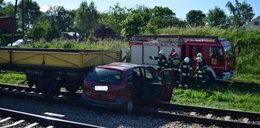 Wypadek na torach. Pociąg wjechał w samochód