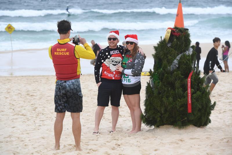 Ausztráliában decemberben van nyár,í gy ott a tengerparton állítanak karácsonyfát a kellemes melegben. /Fotó:MTI