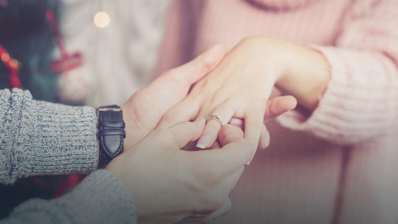 W jakim miesiącu zaręcza się najwięcej osób?