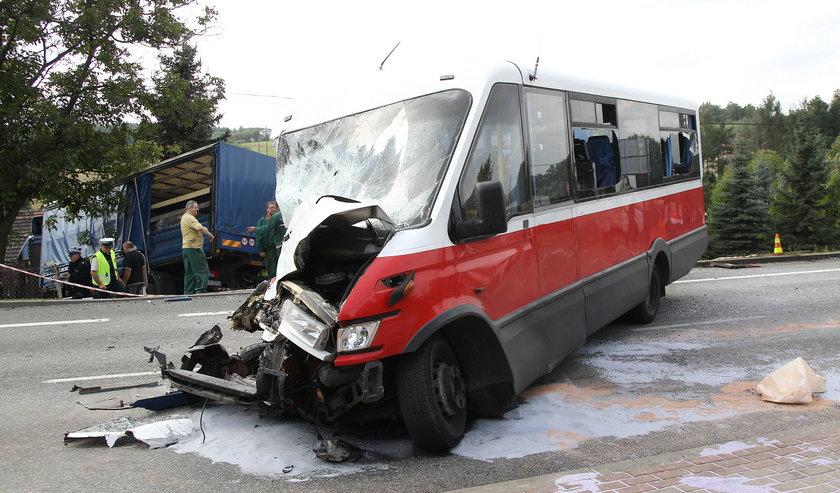 Bus zderzył się z ciężarówką