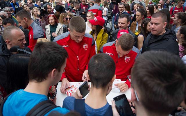 Fudbaleri Zvezde dele autograme navijačima