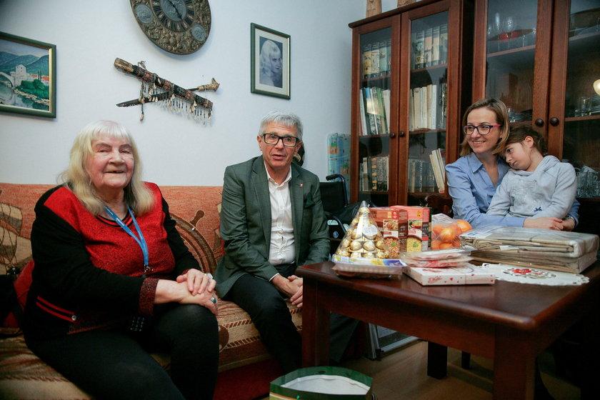 Andrzej Kowalczys wraz z żoną i córeczką z wizytą u pani Jadwigi