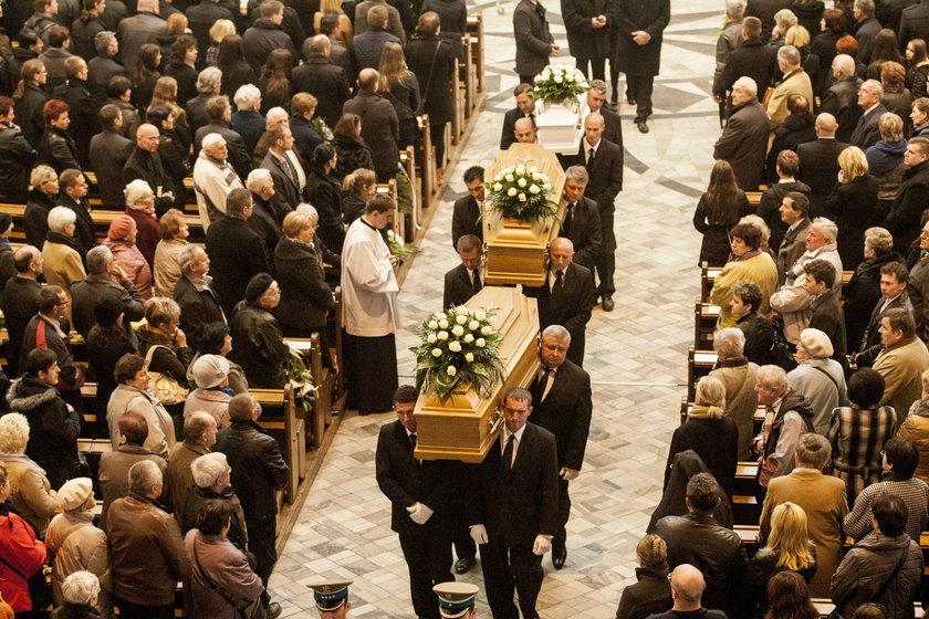 Kondukt pogrzebowy z trumnami Kmiecików
