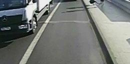 Biegacz wepchnął kobietę prosto pod koła autobusu. Został zatrzymany