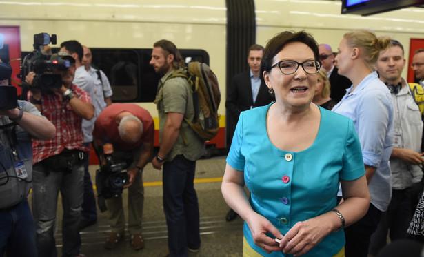 Premier Ewa Kopacz na Dworcu Centralnym w Warszawie przed odjazdem do Legionowa