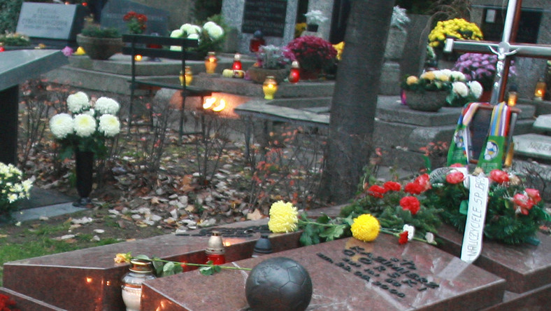 Odnalazła się, skradziona przed świętami Bożego Narodzenia z grobu Kazimierza Górskiego, piłka z brązu