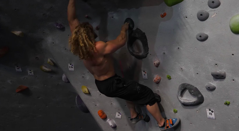 Watch This Bodybuilder Try to Win a Bouldering Competition Against a Professional Climber