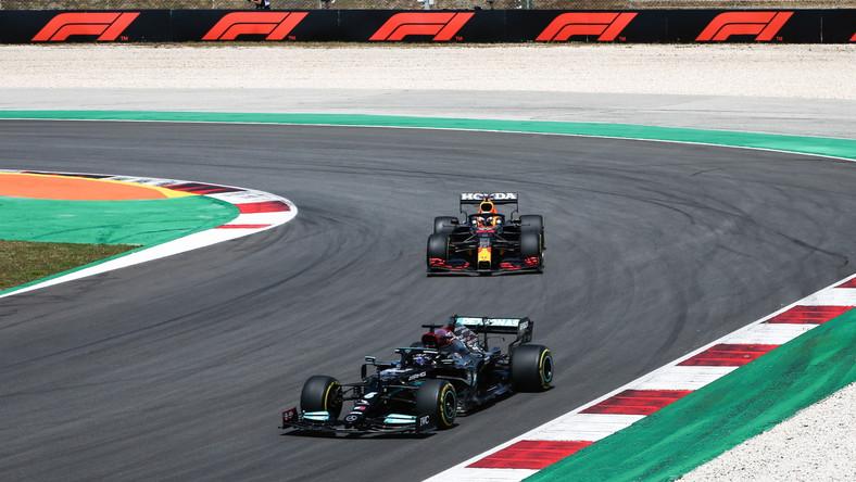 Na przedzie Lewis Hamilton z Mercedes-AMG Petronas