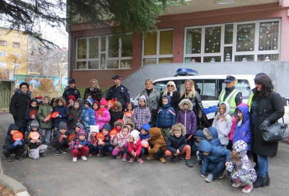 Policajci i policajke se družili sa decom iz vrtića Palčić pa ih odveli u bioskop