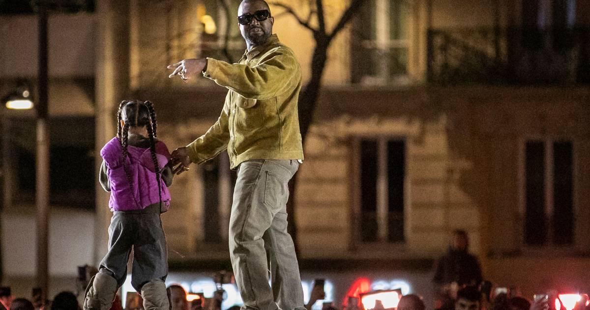 Kanye Wests rappende Tochter auf seiner YEEZY-Show ist das Beste, was das Internet heute liefert