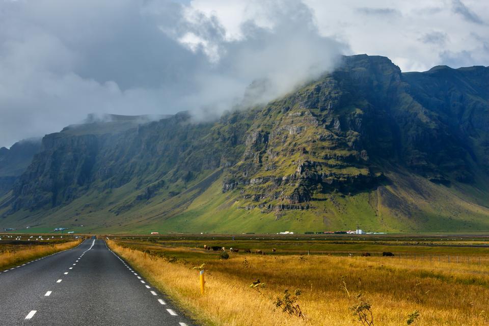 Wybierz się na przejażdżkę Route 1 lub Ring Road, narodową trasą, która biegnie wokół Islandii i łączy ze sobą większość jej niezamieszkanych obszarów. Po drodze można podziwiać imponujące lodowce, czarno piaszczyste plaże, gorące źródła i wieloryby.