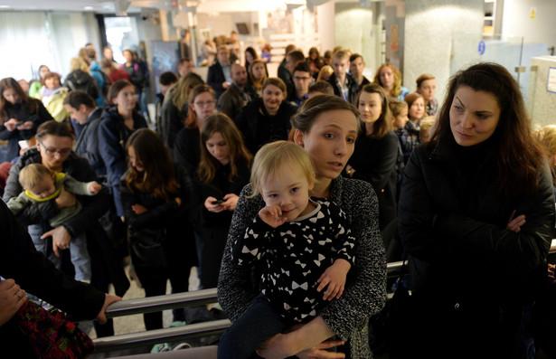 """Kobiety m.in. z Kongresu Kobiet, KOD-u, uczestniczki """"czarnego protestu"""" czekają w Biurze Przepustek Sejmu"""