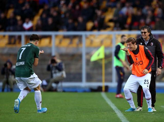 Rikardo Orsolini slavi gol protiv Lećea sa saigračem iz Bolonje, Gabrijeleom Korbom