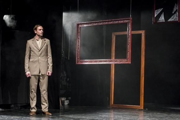 Scena iz predstave ''Jesenjin'' Novosadskog pozorišta