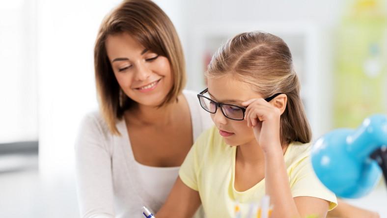 Matka z córką. Uczennica. Odrabianie lekcji.
