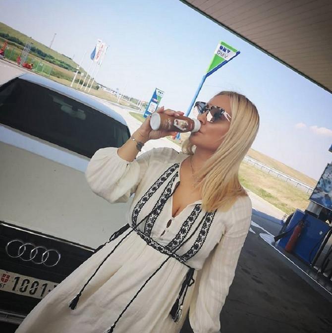 Goca Tržan na OMV pumpi uživa u omiljenom napitku
