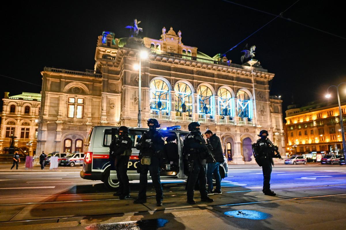Európa sokkban – fotók a felfoghatatlan bécsi terrortámadás helyszíneiről (18+)