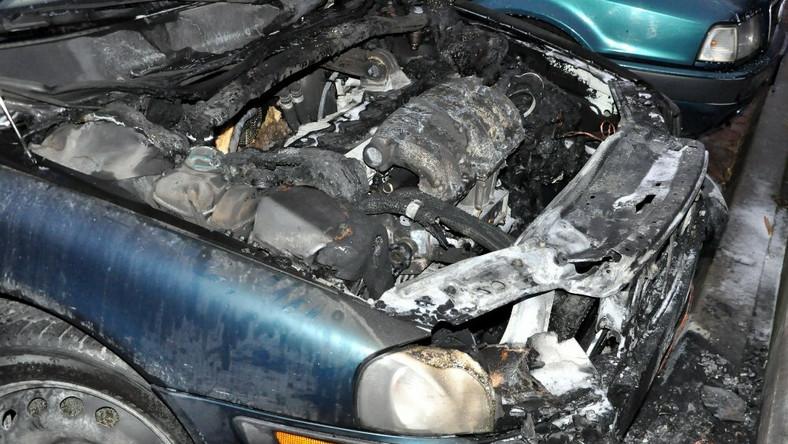 Tym razem policyjny patrol zauważył go około 6 rano przy ulicy Bora Komorowskiego gdy oddalał się po podpaleniu starego volvo. Na widok funkcjonariuszy rzucił się do ucieczki...