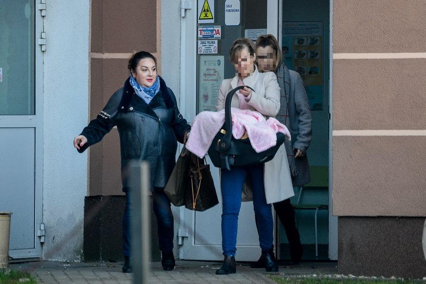 Mama Daniela Martyniuka i jego teściowa odebrały jego żonę i córkę ze szpitala