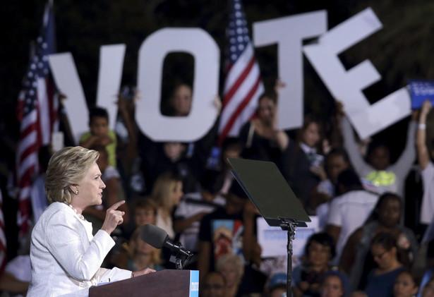 Na finiszu kampanii Clinton jest w defensywie. Jej notowania spadły, po tym jak FBI ogłosiła wznowienie dochodzenia ws. używania przez nią prywatnego serwera pocztowego (zamiast rządowego), gdy była sekretarzem stanu USA.