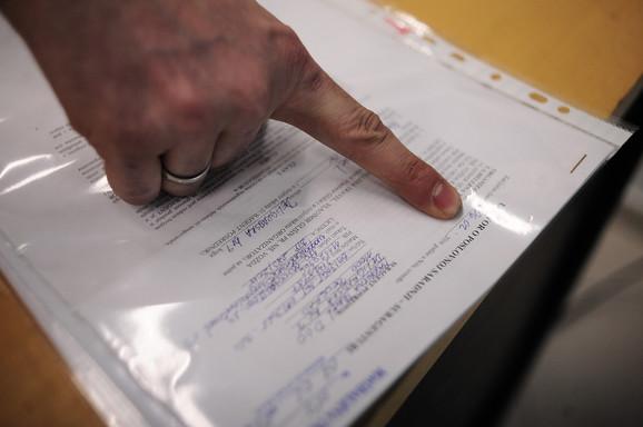 Gizov pokazuje datum na ugovoru