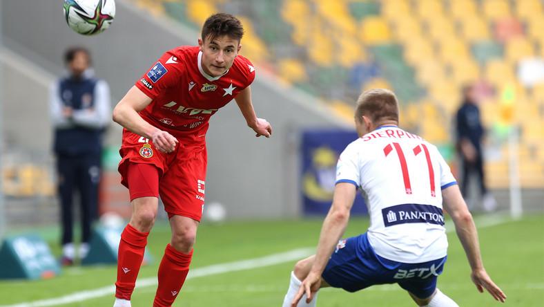 Piłkarz Podbeskidzia Bielsko-Biała Łukasz Sierpina (P) i Dawid Szot (L) z Wisły Kraków podczas meczu Ekstraklasy