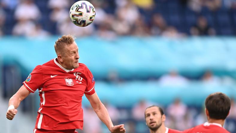 Kamil Glik interweniujący podczas meczu Polski ze Szwecją