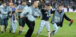 Burdy po meczu w Chorzowie. Policja w kamizelkach... fotoreporterów. Protest dziennikarzy