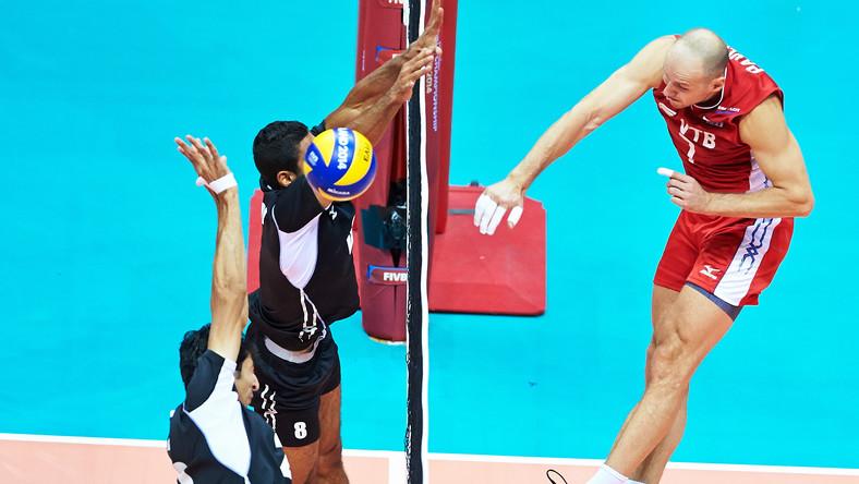 Rosjanin Nikolay Pavlov (P) oraz Egipcjanie Abd Elhalim (L) i Mohamed Thakil (C) podczas meczu grupy C mistrzostw świata siatkarzy w Gdańsku