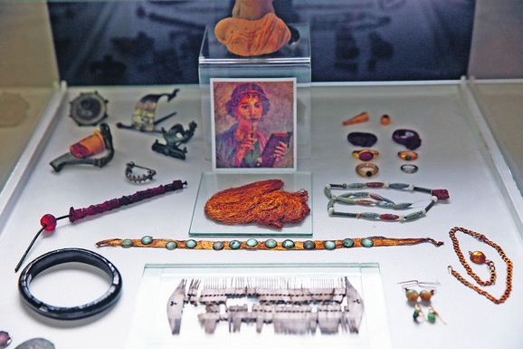 Delovi nakita iz rimskog doba, sa zlatnom mrežicom za kosu i češljem od drveta