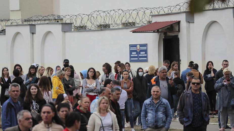 Kilka tysięcy osób zostało zatrzymanych na Białorusi. Na zdjęciu bliscy zatrzymanych na protestach