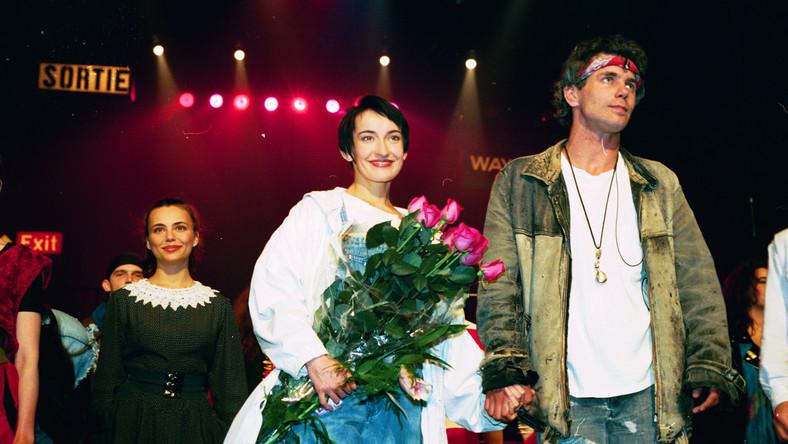 """Prapremiera """"Metra"""" odbyła się 30 stycznia 1991 roku w Teatrze Dramatycznym w Warszawie. W wielomiesięcznych przesłuchaniach o role w musicalu walczyły tysiące młodych ludzi z całej Polski. """"Pierwszy prywatny spektakl muzyczny po upadku PRL"""" grany jest po dziś dzień, a obejrzały go już ponad 2 miliony osób w Polsce, Stanach Zjednoczonych, Rosji i Francji. Wciążteżjest najpopularniejszym polskim musicalem – w ciągu ćwierćwiecza wystawiono je prawie 2 tysiące razy."""