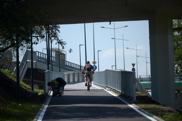 """Budowa trwała osiem miesięcy. Inwestycja została otwarta w środę przez prezydent stolicy Hannę Gronkiewicz-Waltz, która w towarzystwie urzędników i radnych przejechała rowerem kładką.""""Połączyliśmy Warszawę prawobrzeżną lewobrzeżną"""" - powiedziała na briefingu po otwarciu przeprawy prezydent. Dodała, że pożar mostu Łazienkowskiego, do którego doszło 14 lutego 2015 roku, był """"tym złym, co wyszło na dobre"""". Sama przeprawa została odbudowana w październiku 2015 roku, a jeszcze w czasie trwania prac powstał projekt budowy tras rowerowych. Renata Kaznowska, wiceprezydent stolicy dodała, że tempo prac było ekspresowe. """"Na koniec lipca kładka była gotowa zgodnie z harmonogramem"""" - dodała."""