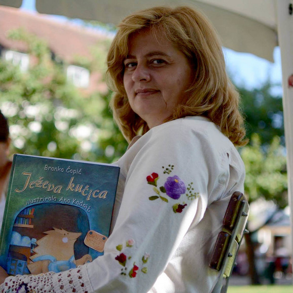 Svako veče, 45 dana čitala je deci odlomke iz knjiga uživo na Fejsbuku