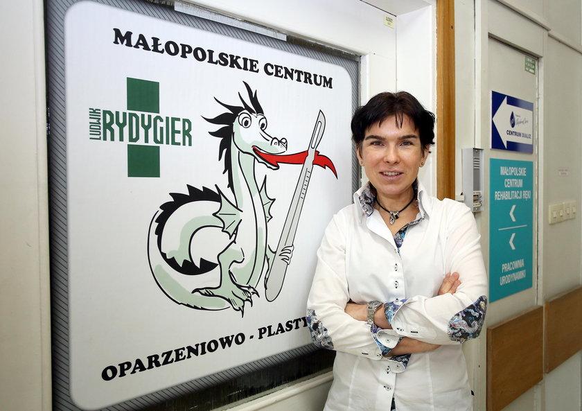 Dr Anna Chrapusta przed oddziałem