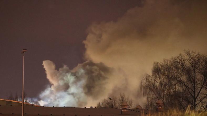 Dym nad budynkami firmy chemicznej Synthos w Oświęcimiu
