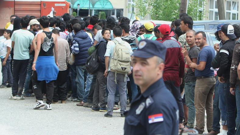 Imigranci z Syrii, Afganistanu i Palestyny przed posterunkiem policji w Serbii. Starają się o pozwolenie na przebywanie na terenie UE