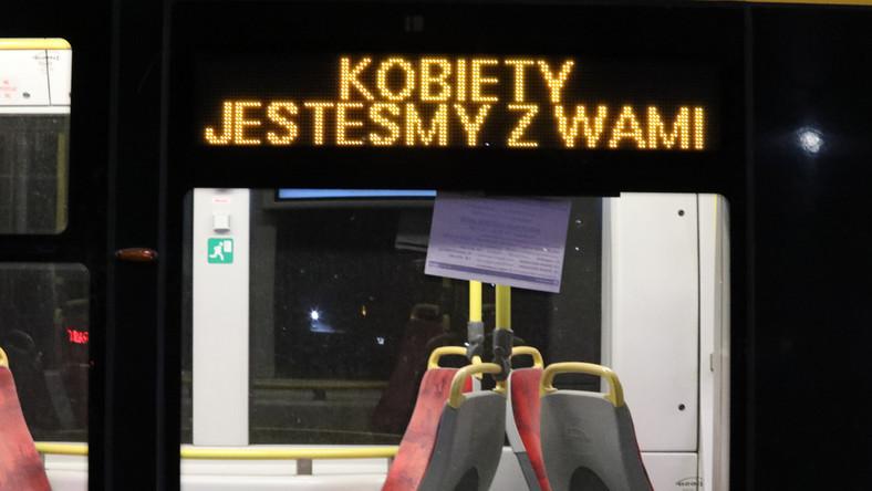 Protesty w Warszawie . Tramwaj z napisem Kobiety jestesmy z Wami