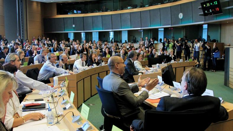 Polscy eurodeputowani głosowali wbrew stanowiskom swoich frakcji