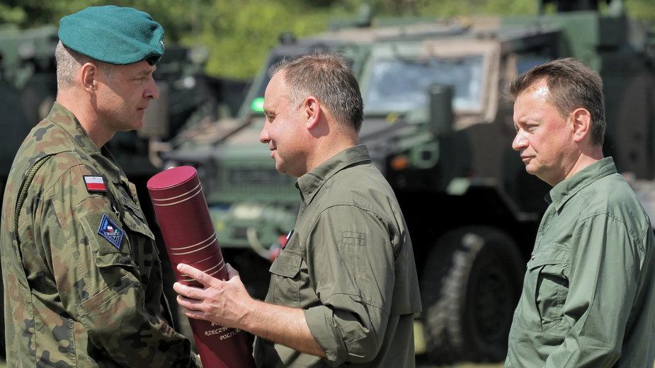 Prezydent RP Andrzej Duda, minister obrony narodowej Mariusz Błaszczak  oraz mianowany na generała dywizji SZ RP Piotr Andrzej Błazeusz