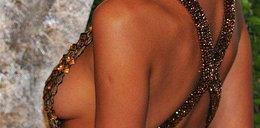 Wychodziły jej piersi spod sukienki