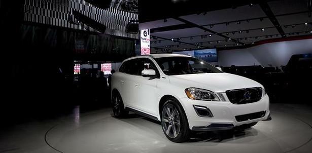 Volvo XC60 plug-in hybrid ma kosztować około 60 tys. euro i zużywać średnio 2,3 litra benzyny. Drugim zaskoczeniem jest moc elektryczno-benzynowego szweda: 350 KM