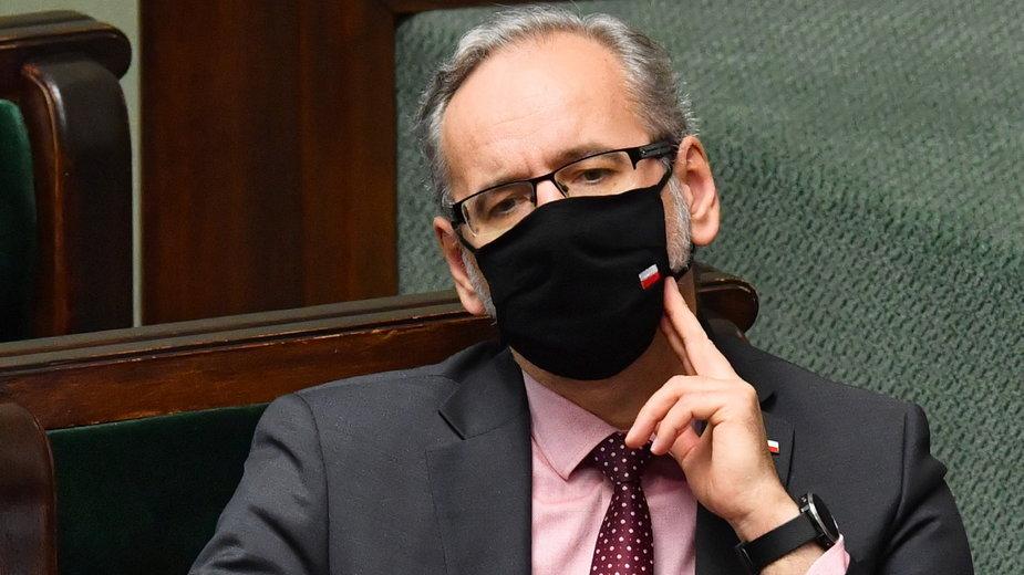 Minister zdrowia Adam Niedzielski na sali obrad Sejmu, 21 bm. w Warszawie. Sejm zakończył pierwsze czytanie projektów poselskich dotyczących walki z epidemią COVID-19